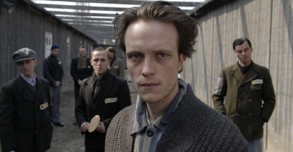 Foto van het hoofdpersonage in een concentratiekamp.